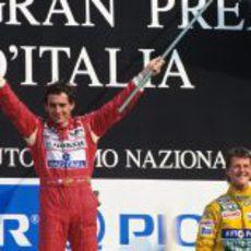 Ayrton Senna y un joven Schumacher en el podio del GP de Italia