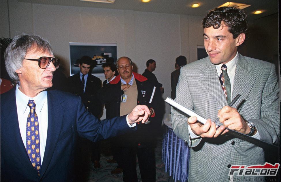 Bernie Ecclestone junto a Ayrton Senna en 1993