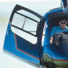 Ayrton Senna subido a un helicóptero