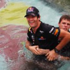 Webber se baña antes de ganar el GP de Mónaco 2011