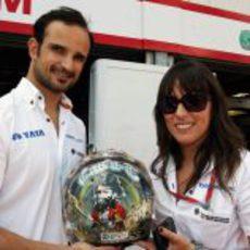 Liuzzi con Alba Sáiz y su nuevo casco para Mónaco 2011