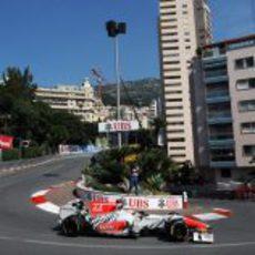 Karthikeyan negociando Loews en el GP de Mónaco 2011