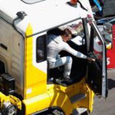 Schumacher se sube a su camión en Mónaco 2011