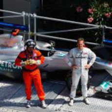 Michael Schumacher espera a la grúa en el GP de Mónaco 2011