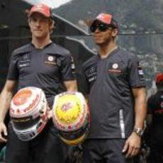 Button y Hamilton presentan sus cascos para el GP de Mónaco 2011