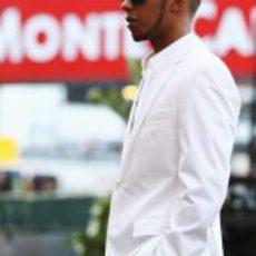 Lewis Hamilton vestido de blanco en Mónaco 2011