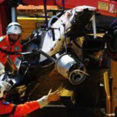 Los comisarios retiran el coche destrozado de Sergio Pérez en Mónaco 2011