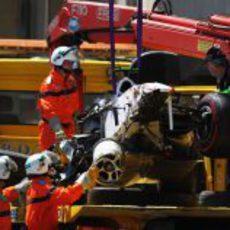 El Sauber C30 destrozado de Sergio Pérez es subido al camión en Mónaco 2011
