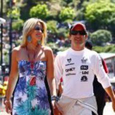 Timo Glock llega al circuito de Montecarlo junto a su novia