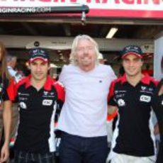 Branson, Glock y D'Ambrosio junto a las chicas de Virgin