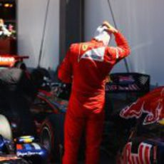 Fernando Alonso mira el Red Bull con estupor tras la clasificación de Mónaco 2011