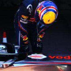 Mark Webber espía al McLaren en el GP de Mónaco 2011
