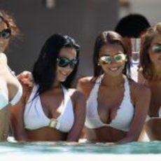 La piscina está llena de chicas guapas en Mónaco 2011