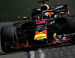 Max Verstappen segundo, Daniel Ricciardo penalizado.