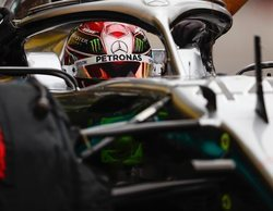 Hamilton logra el mejor tiempo en una primera sesión marcada por la alta humedad de la pista