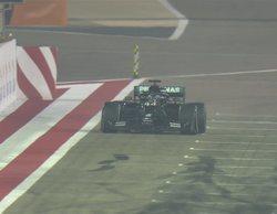 Hamilton gana en una carrera marcada por un grave y aparatoso accidente de Grosjean