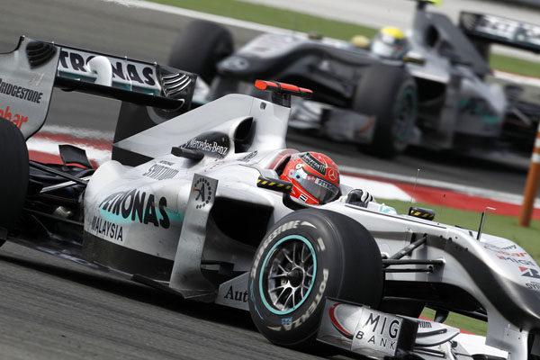 Schumacher y Rosberg, advertidos por estorbar a Barrichello y Alonso