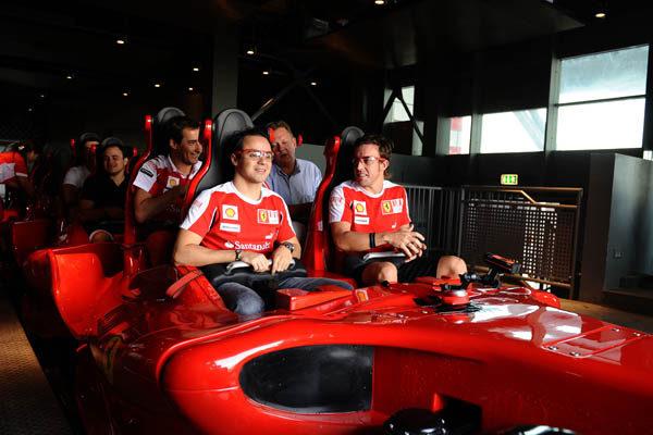 Fernando y Felipe visitan Ferrari World 004_small