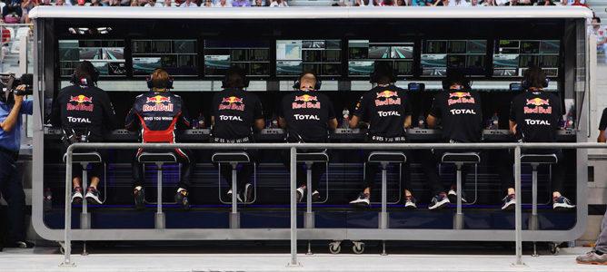 Muro de Red Bull con Sebastian Vettel decepcionado