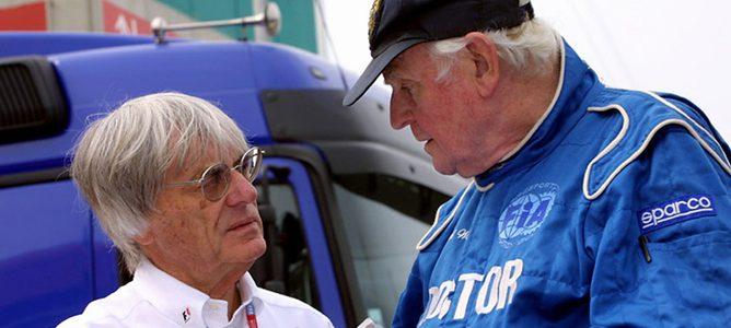 Sid Watkins y Bernie Ecclestone hablando sobre la seguirdad en la Fórmula 1