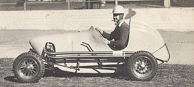 Un joven Jack al volante de uno de sus midget