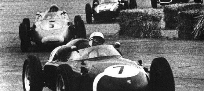 Stirling Moss por delante de Jack Brabham