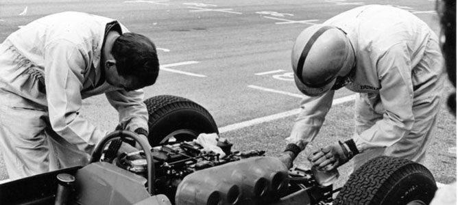 Jack Brabham ayuda a un mecánico de Cooper