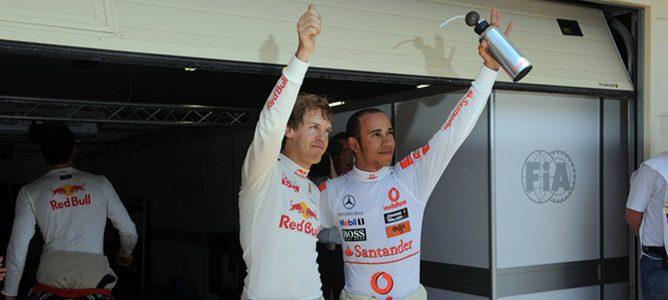 Sebastian Vettel y Lewis Hamilton saludan a los aficionados después de la clasificación 2011