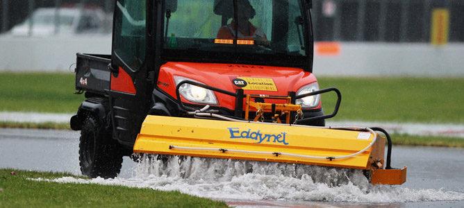Achicando el agua tras la tormenta en el GP de Canadá 2011