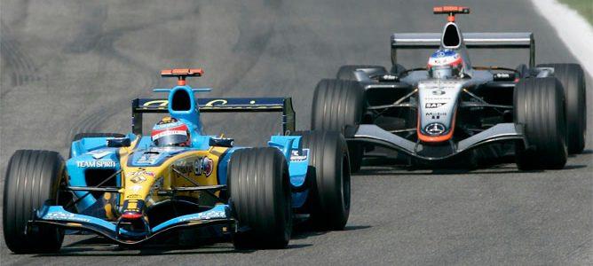 Alonso rueda delante de Raikkonen