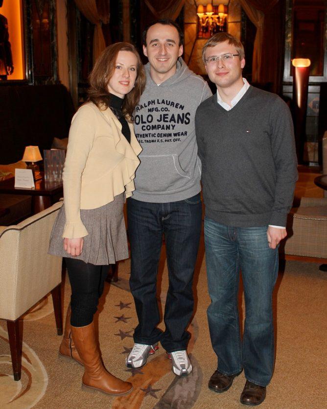 Robert Kubica con los ganadores del concurso
