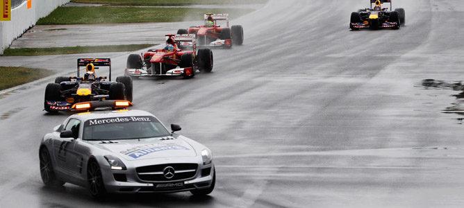 El coche de seguridad encabeza la salida de la carrera