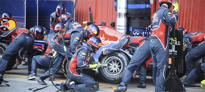 Los mecánicos de Red Bull cambian las ruedas del RB8