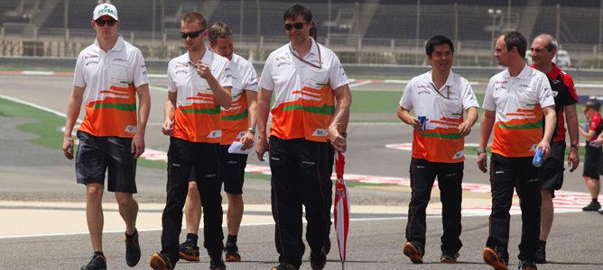 Miembros de Force India reconociendo el circuito de Sakhir