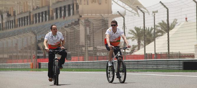 Paul di Resta en bicicleta en el circuito de Sakhir