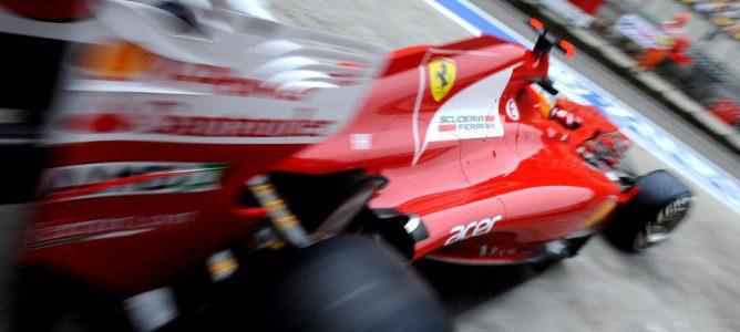 Fernando Alonso sale del box de Ferrari en China