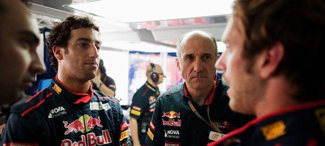 Daniel Ricciardo habla con sus ingenieros