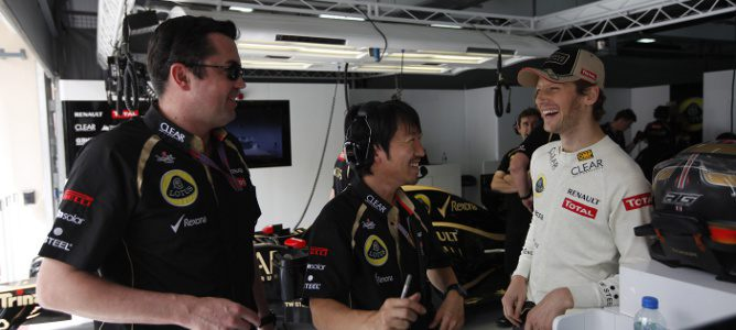 Romain Grosjean, relajado en el box de Lotus