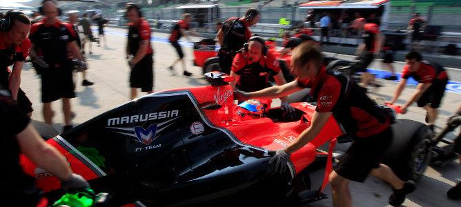 Los mecánicos metiendo el Marussia de Timo Glock