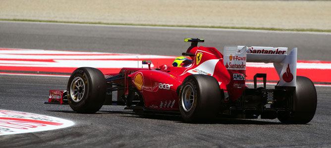 Un Ferrari en el asfalto de Montmeló