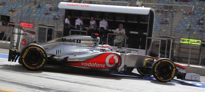 Jenson Button sale del box de McLaren