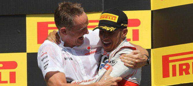 Martin Whitmarsh y Lewis Hamilton se abrazan el podio del GP de Canadá