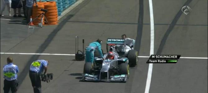 Los mecánicos de Mercedes intentan arrancar el monoplaza