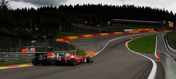 Mark Webber y Fernando Alonso en Eau Rouge