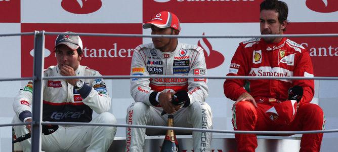Pérez, Hamilton y Alonso sentados en el podio de Monza 2012