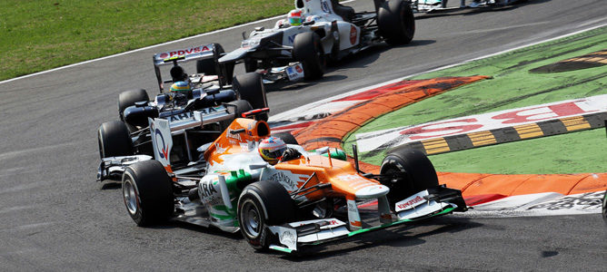 Un Force India rueda sobre el asfalto de Monza