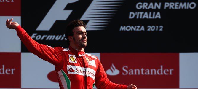 Fernando Alonso en el podio de Monza