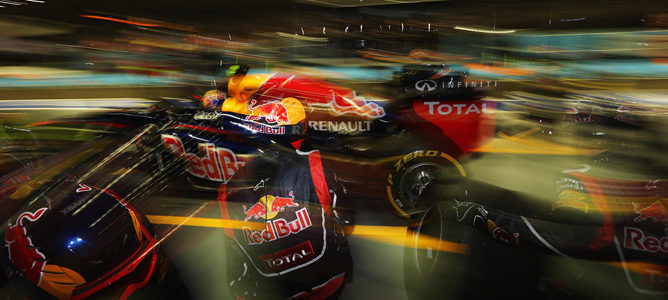 Mark Webber sale de boxes en Singapur 2012