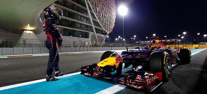 Vettel mirando al coche