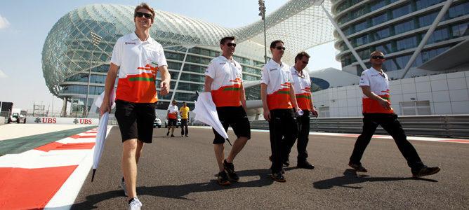 Hülkenberg pasea con su equipo en el circuito de Yas Marina